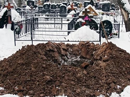 Копка могил на кладбище зимой